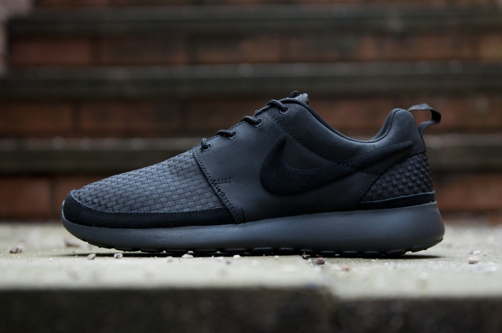nike roshe runs all black